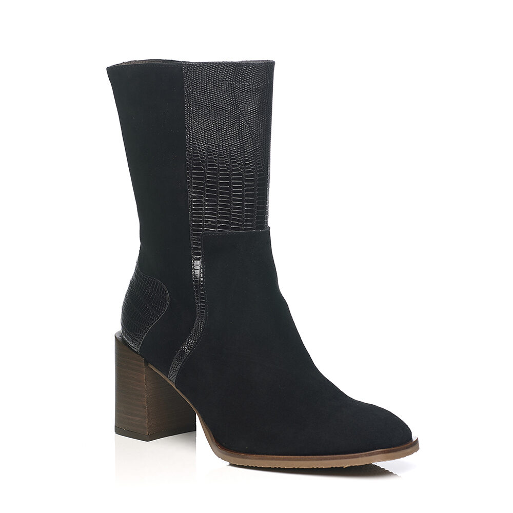 Heel boot in black with inside zip